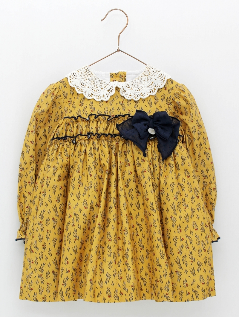 Patterned girl dress with guipure collar