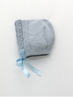 Knitted bonnet with wave start