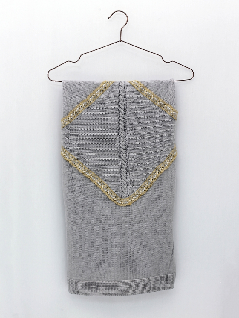 Shawl with contrasting lace