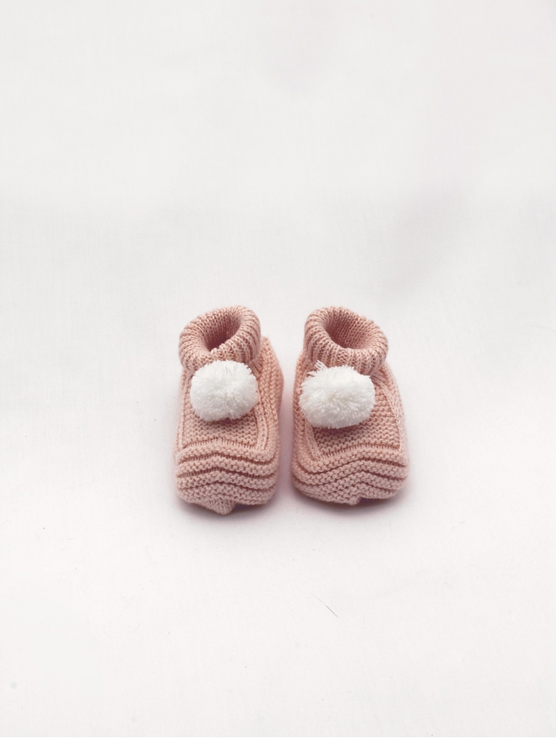 Unisex knitted booties with pompom