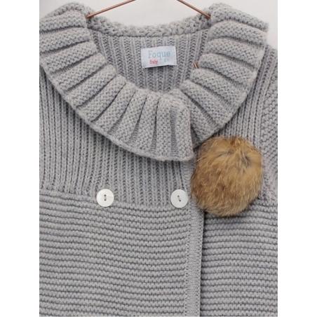Abrigo y capota de punto con pompones